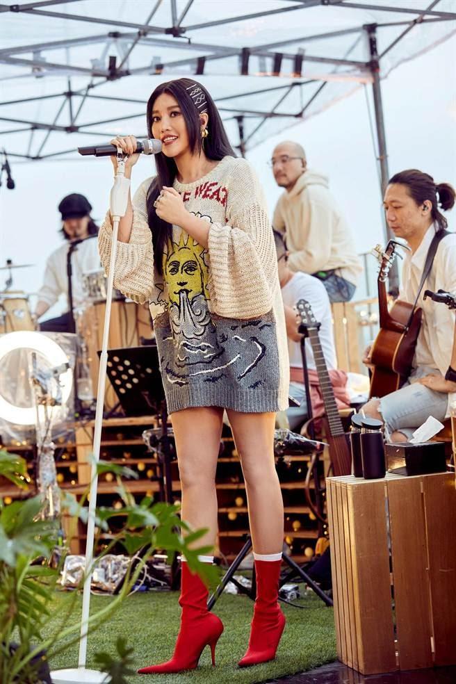 A-Lin今以線上直播方式開唱。(TME LIVE提供)